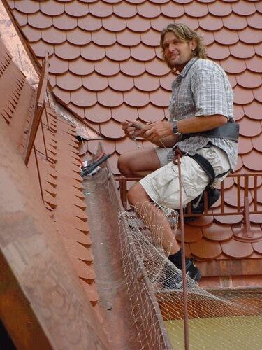 Katzennetz Spezialist Ralph Faltenbacher auf dem Dach